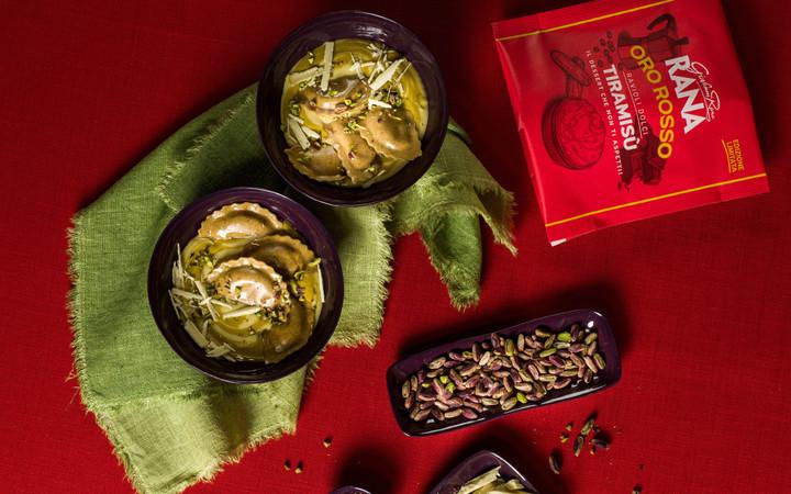 Ravioli-dolci-al-tiramisù-con-crema-pasticciera-al-pistacchio-e-cioccolato-biancoORO_ROSSO_2124-750x1200-M.jpg