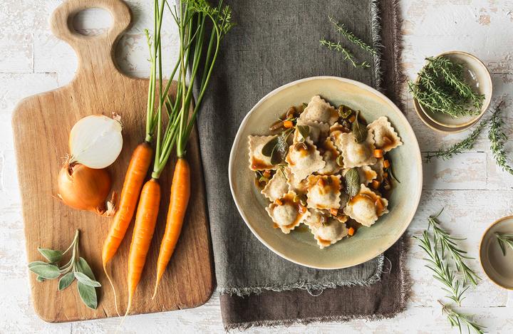 Ravioli bio carne di manzo con sugo d'arrosto e verdure